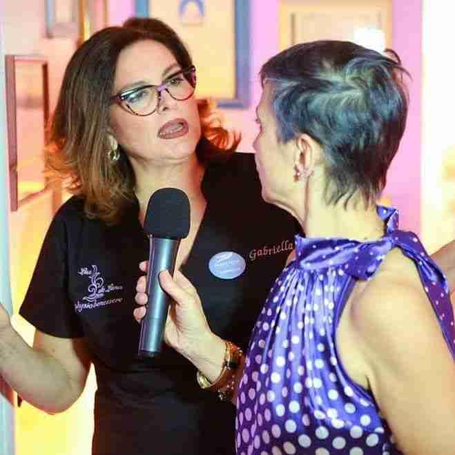 Gabriella, titolare del centro estetico Luz de Luna, viene intervistata